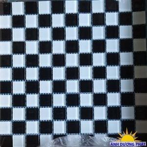 Gạch ốp mosaic thủy tinh ca rô đen trắng